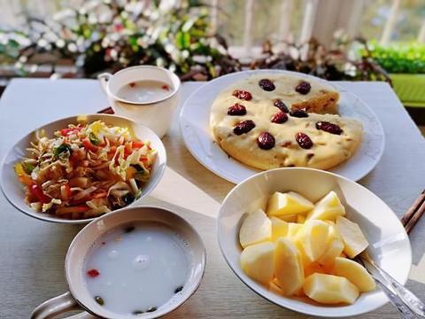天冷了早餐别将就,玉米糕搭配爽口白菜,牛奶泡燕麦,简单又营养