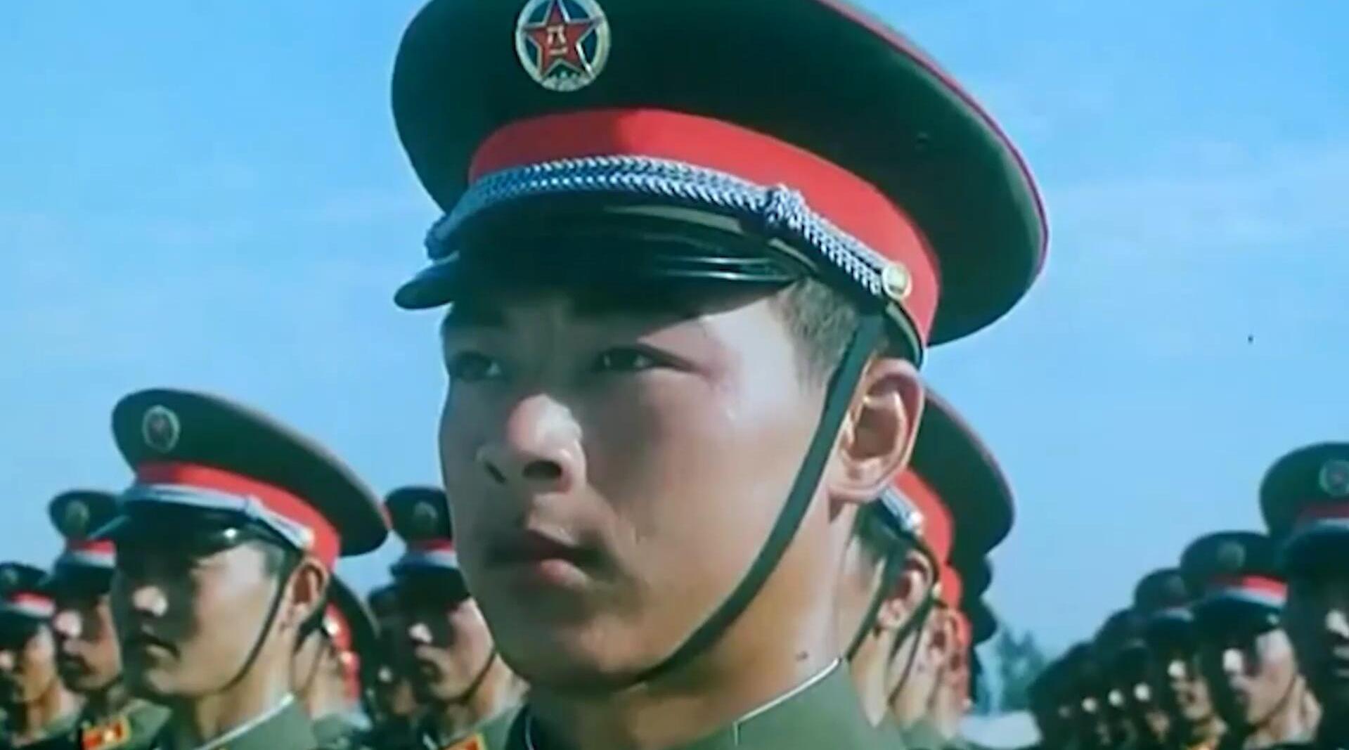 新中国1984年阅兵,军乐团奏响国歌,受阅官兵整齐列队!