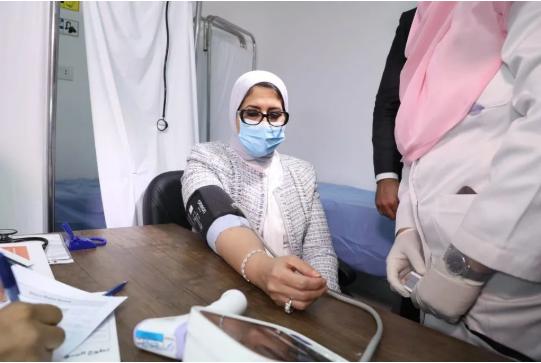 9月28日,埃及卫生与人口部长哈莱作为志愿者来到临床试验现场接种了疫苗。