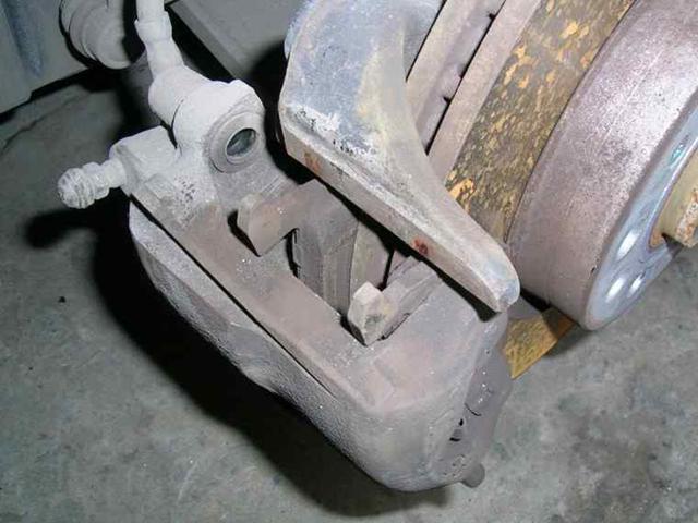 换完刹车片,为什么要原地踩两脚刹车?很多人忘记踩而吃了亏