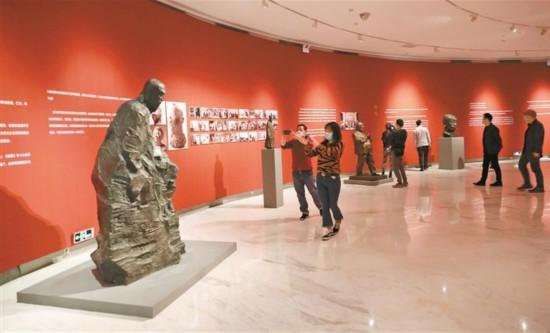 """""""行走的人—在中国与世界之间的吴为山""""展在关山月美术馆开幕"""