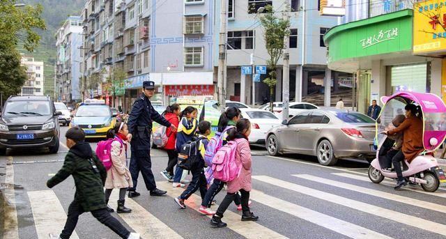 小女孩突然奔跑着过马路,就算老司机也躲不过啊,妈妈崩溃了