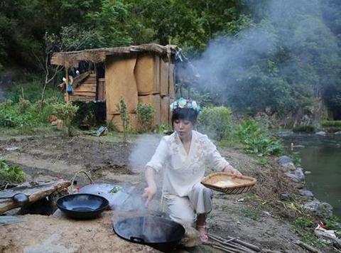 90后美女住山上茅草屋,穿古装直播自己种菜做饭,一个月赚2万