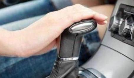 自动换挡时要不要踩刹车?老司机:这都不懂,难怪你变速箱会报废