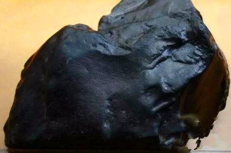 大叔上山捡到一块黑煤炭,切开之后,受到不少人的追捧