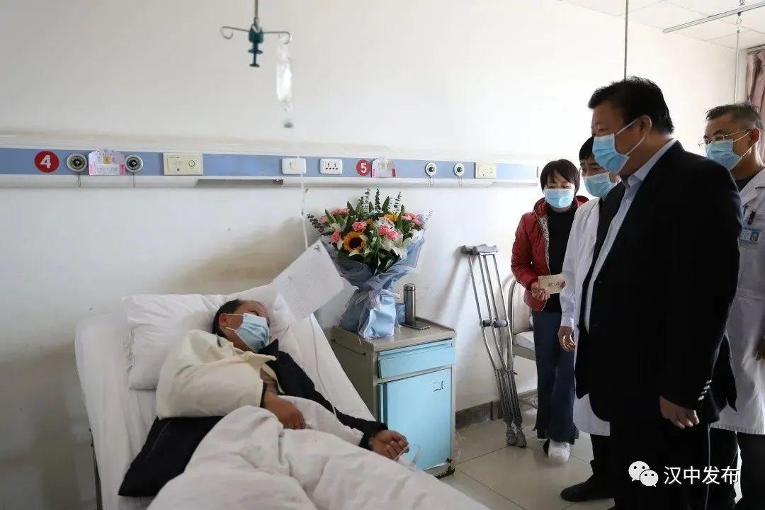 突发!陕西5名扶贫干部遇严重车祸图片