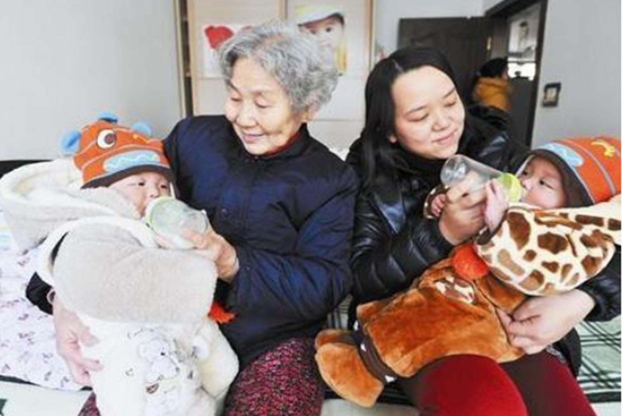 双胞胎兄弟,一个奶奶带一个妈妈带,3年后重聚上学妈妈悔不当初