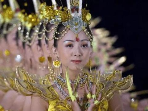在央视春晚凭《千手观音》走红的邰丽华,拒嫁富豪,她现在如何了