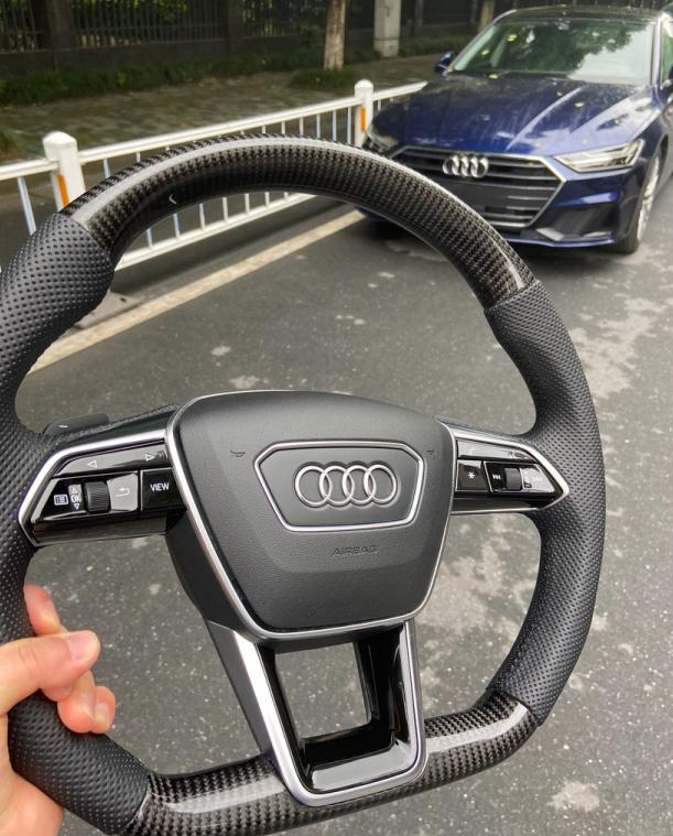 62万买奥迪A7,小哥带碳纤维方向盘提车,销售忍不住拿出手机