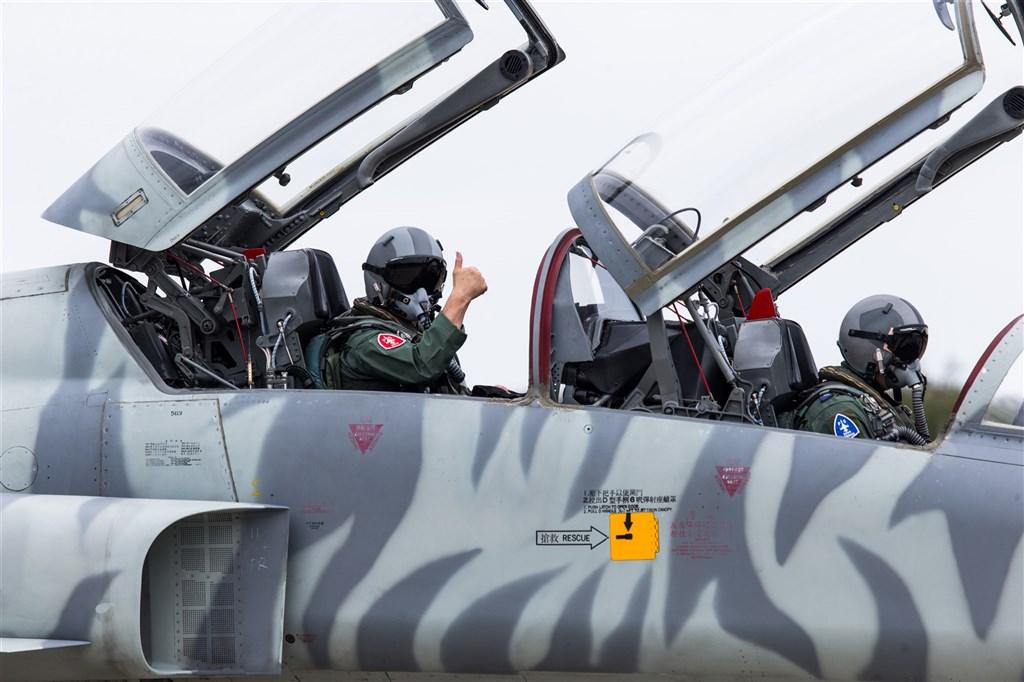 台湾空军司令熊厚基(左)亲自搭乘F-5战机复飞 图源:台军