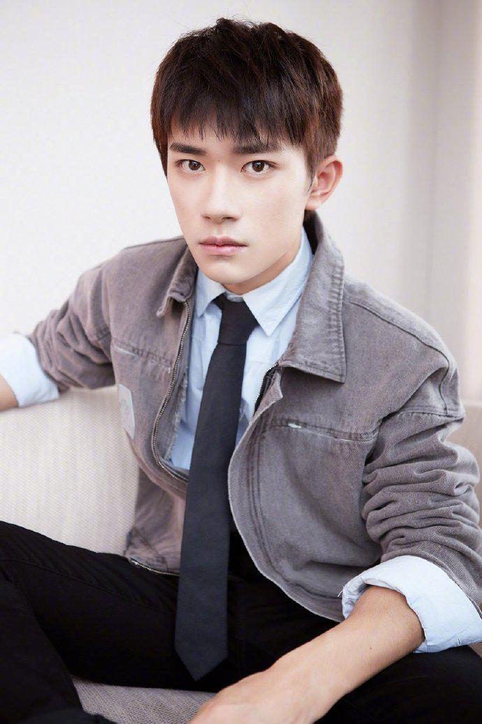 青年演员 @TFBOYS-易烊千玺 近日正式担任电影频道青年大使…………
