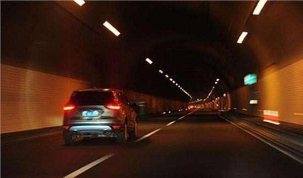 高速隧道内不能超车,可是前车车速太慢该怎么办?交警给你支招