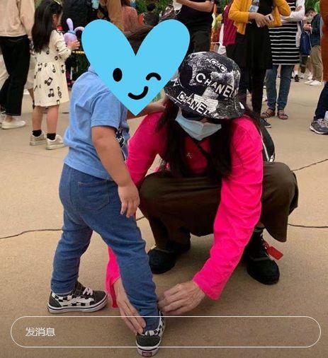 张柏芝带小儿子去游乐场,2岁Marcus暴风式成长,比妈妈蹲着还高