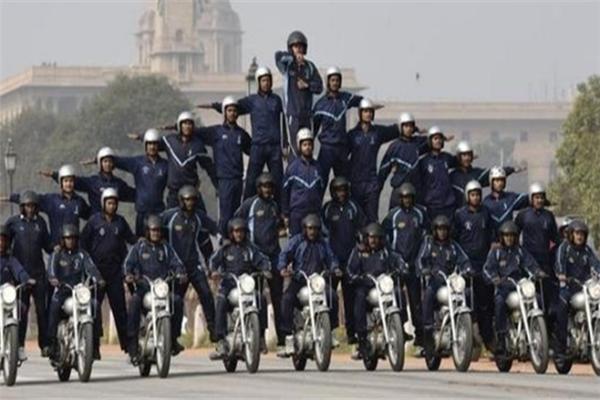 印军再次翻车!印军摩托表演队创世界纪录,但车毁人伤