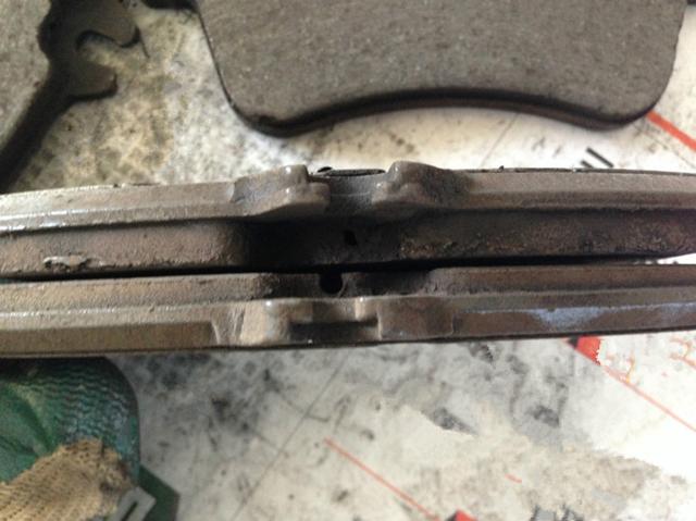 刹车片为什么会出现两侧磨损不一致的现象?该如何处理?