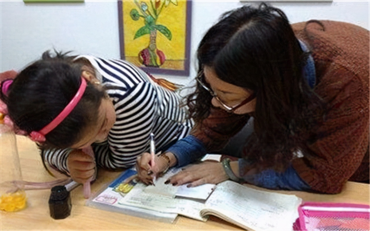 """宝妈""""咆哮式""""辅导作业,全小区一起受教育:情绪化育儿有效吗"""