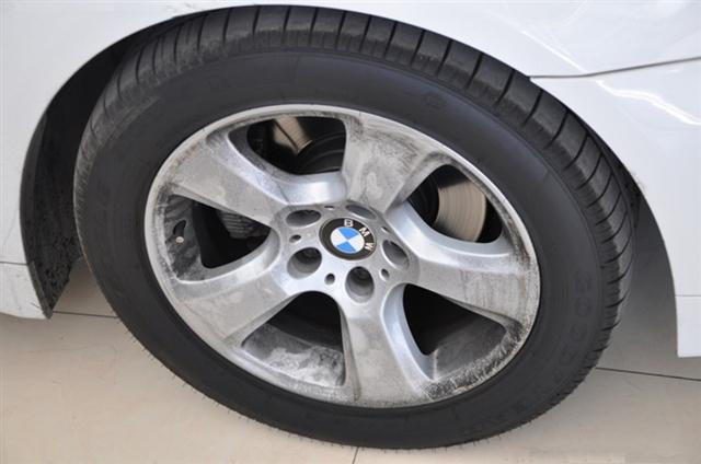 汽车轮毂上一直黑乎乎的是怎么回事?轮毂烫手正常吗?
