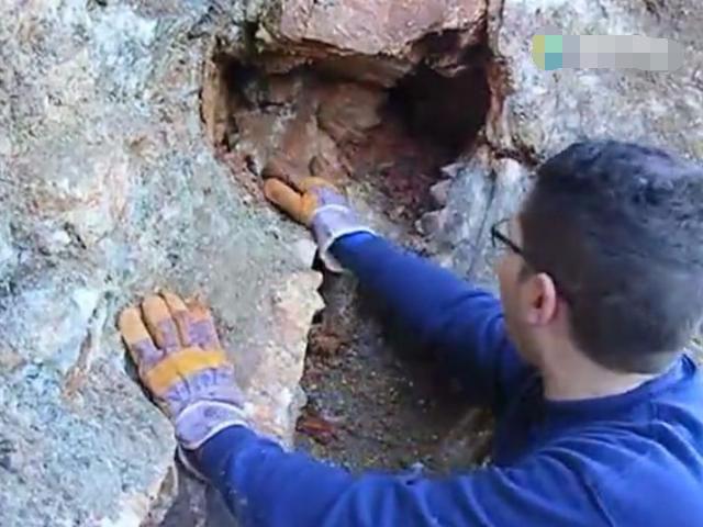 一男子约好友去登山,发现奇怪石洞,里面全是宝贝!