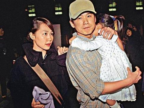 50岁彭羚观看林海峰演出夫妻罕见合照,结婚21年乐做贤妻良母