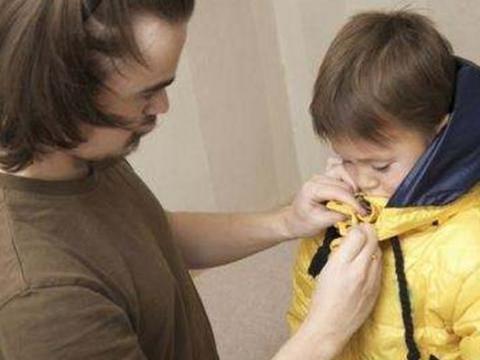 孩子穿衣春捂秋冻!但秋冻的三个准则要牢记,否则孩子易生病