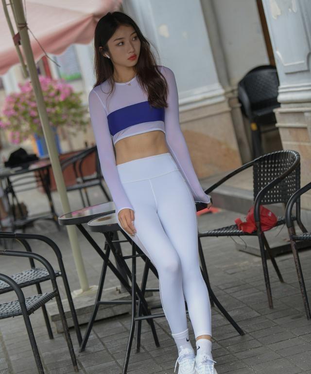 休闲裤也该收一收了,选择舒适减龄的运动裤,让造型更显青春靓丽