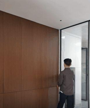 厨房门洞90公分宽,特地做扇吊轨玻璃门,往上一装,显高显大气