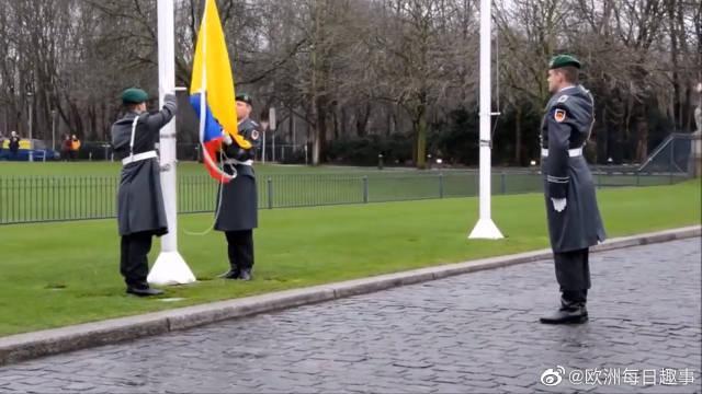 德国士兵升旗仪式和换岗仪式,士兵这下台阶姿势太尴尬了