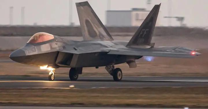 美军F22A战机部署日本,不带副油箱长途转场,专家:战术险恶