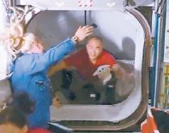 """载人""""龙""""飞船与国际空间站对接"""