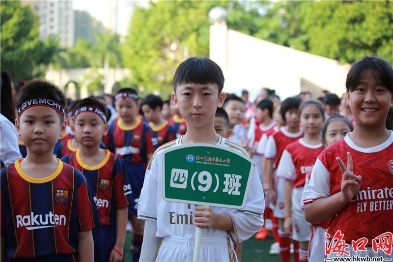 足球小将追逐绿荫梦想 海口滨海九小足球联赛开踢[组图]