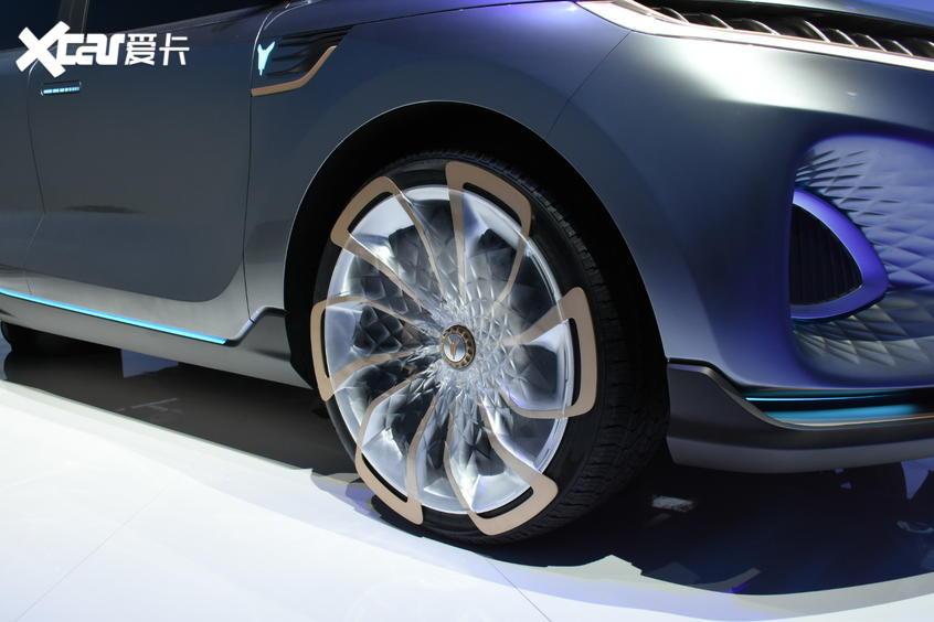 岚图首款量产车12月首发 定位中大型SUV