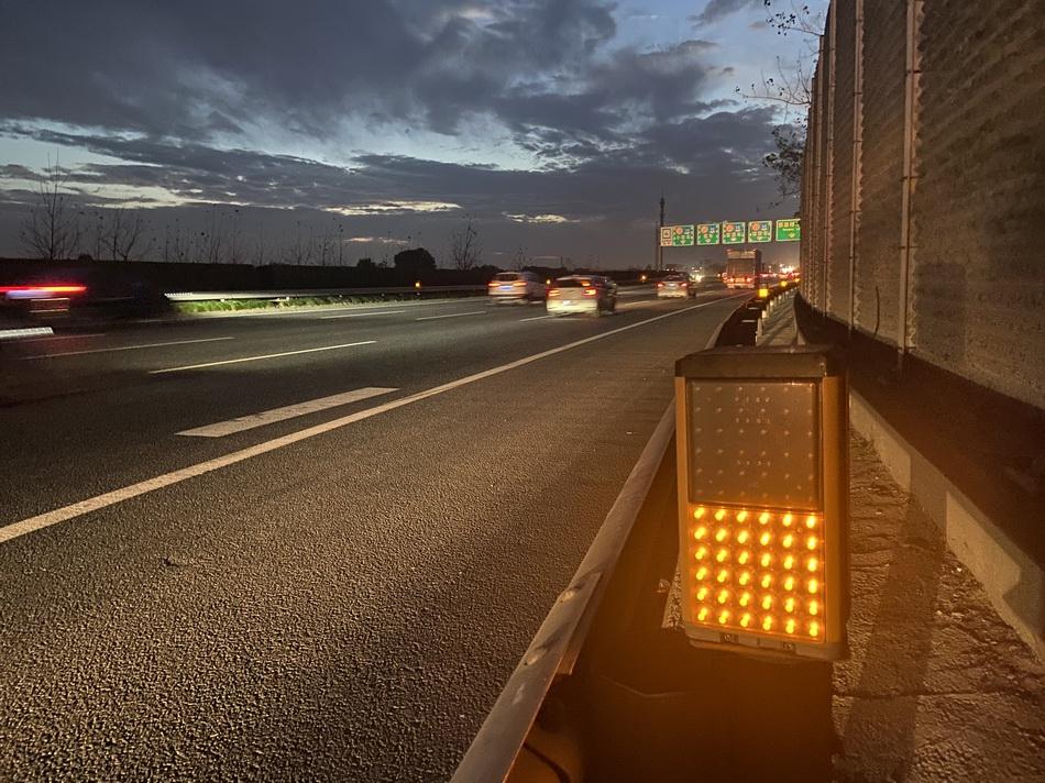 两公里的灯带,或红或黄,起到预警、照明感化。 本文图片汹涌消息见习记者 巩汉语