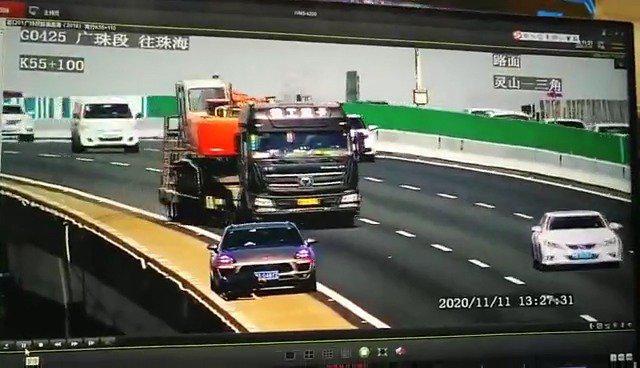 广州男子把千斤顶放行车道充当三角牌酿连环车祸……