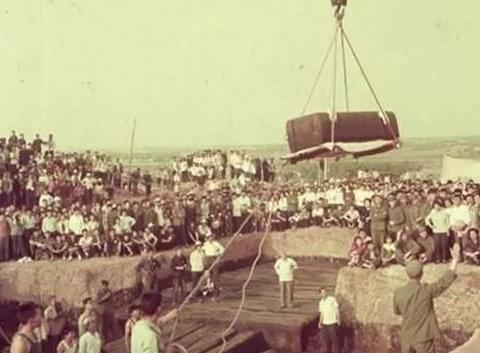 考古人员吊起棺椁盖板,十具陪葬棺浮出水面,竟全是妙龄女性遗骸