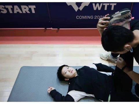 国乒再现争议性训练,男队医把孙颖莎掰成一字马,孙颖莎表情怪异