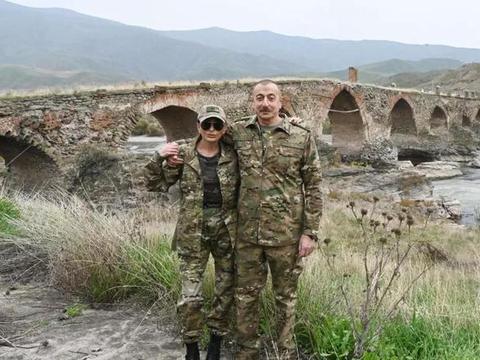 差点把小命嘚瑟没,阿塞拜疆总统视察纳卡,被狙击手锁定还不知道