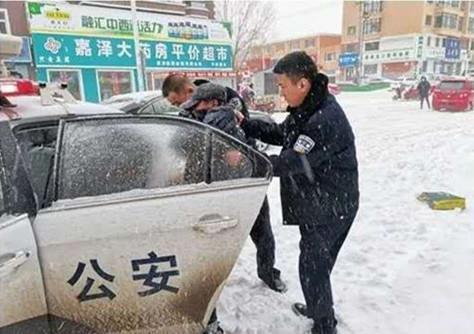 黑龙江省五常市暴雪来袭五常公安展开救援