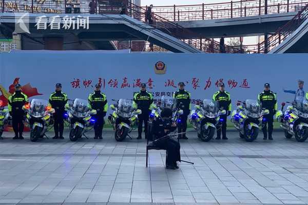 西安交警上街开展交管业务咨询 为市民答疑解惑图片
