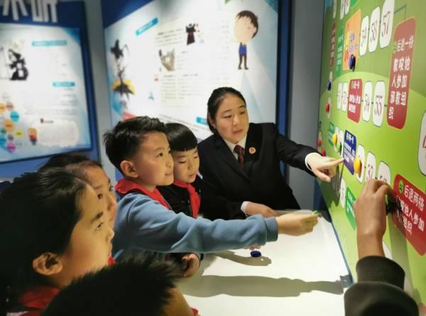 内蒙古包头东河区:帮助孩子系好人生第一粒扣子