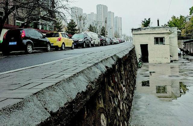 """太原沙河堡便道边竟是""""悬崖"""",高出地面一米多 没护栏没路灯"""