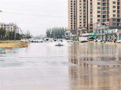 十四大街与晋安路交叉口路面积水较深 居民通行不便