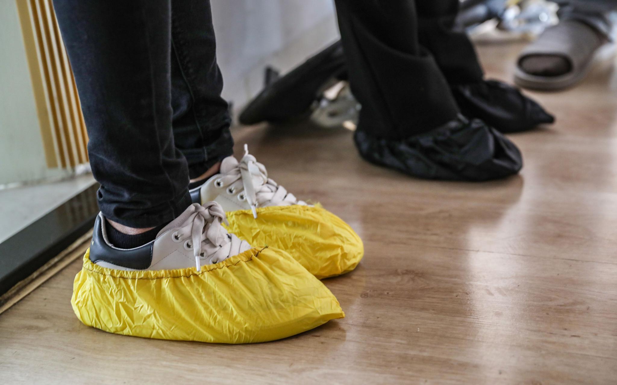 普查员换上鞋套,进入居民家中。新京报记者王远征摄