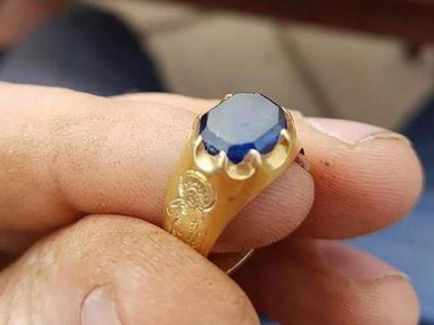 小伙用金属扫描仪扫到金属戒指,专家鉴定后,让他兴奋不已