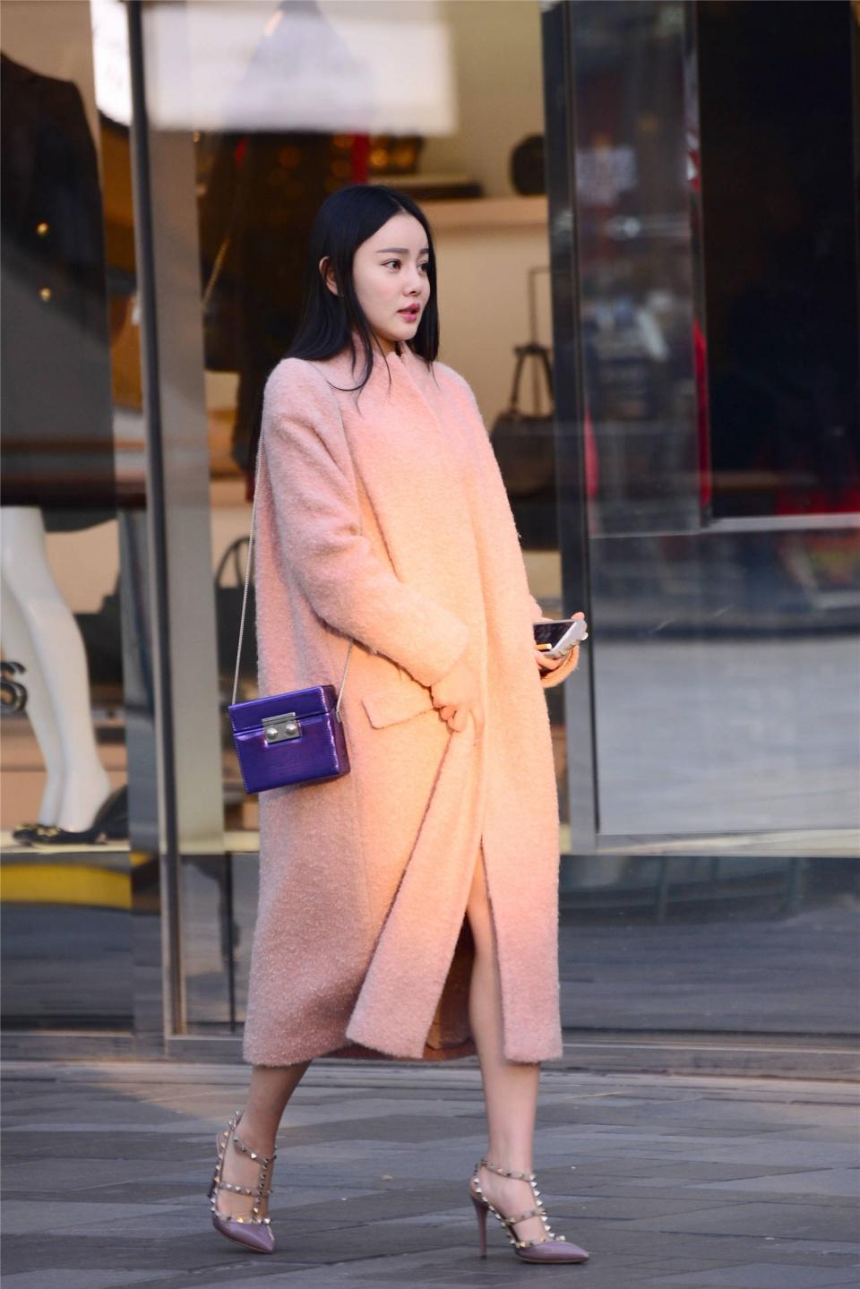 粉色大衣搭配尖头细跟铆钉凉鞋,秋冬穿搭,你会尝试么