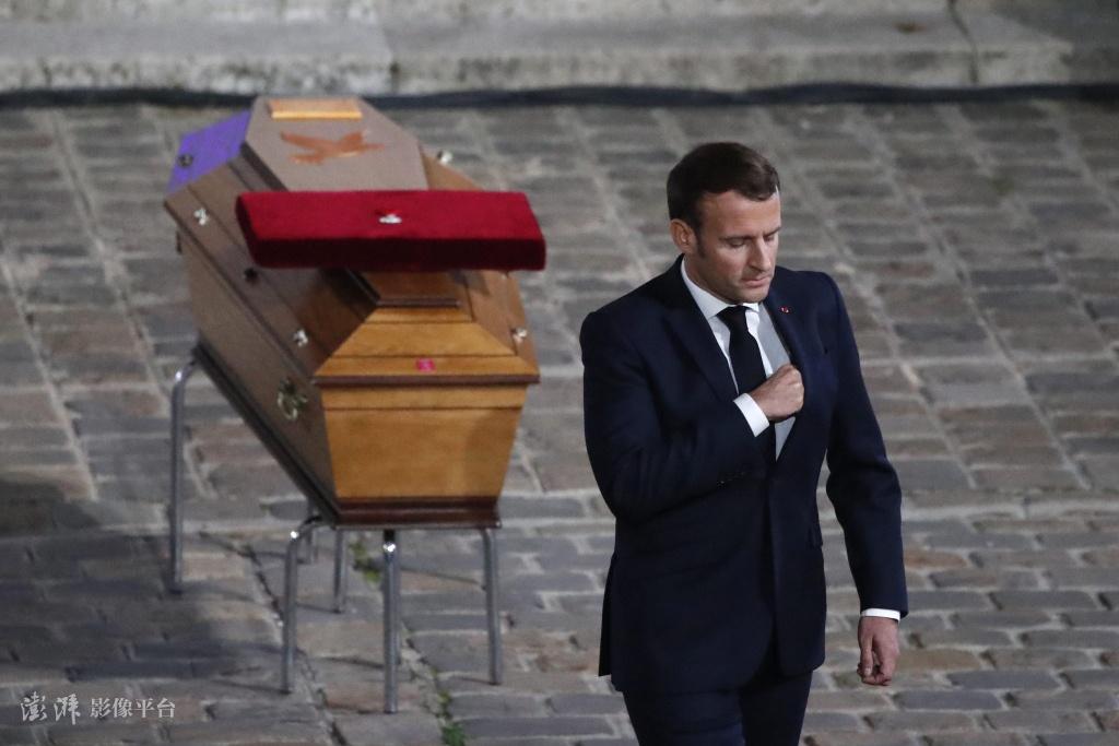 当地时间10月21日,法国为被杀害的历史教师举行官方悼念仪式,马克龙出席仪式并致辞 图源:澎湃影像平台
