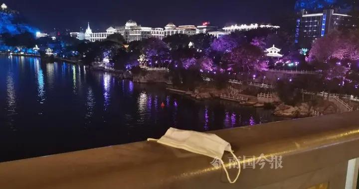柳江大桥上,女子跳下柳江河身亡!只在桥栏杆上留下一个孤零零的口罩