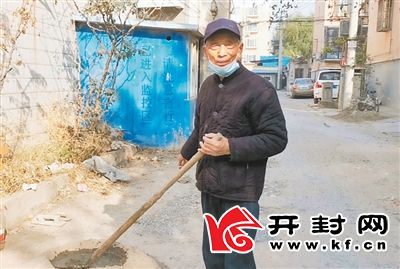 78岁老人赵德忠 义务修复路面感动邻里
