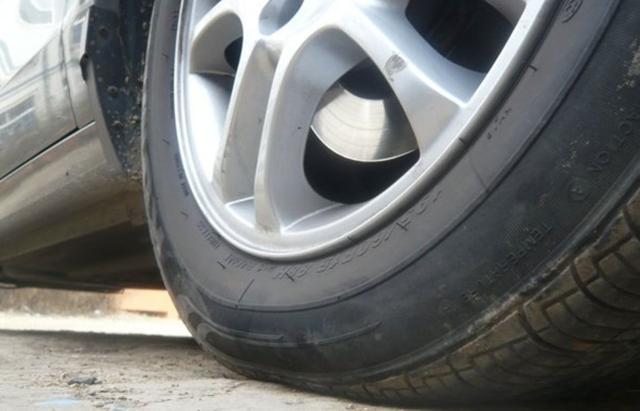 为何胎压明明正常,看起来还有点瘪?许多司机都想错了,难怪费车