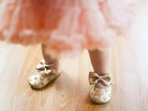 多款童鞋含有毒物质,被央视曝光易致性早熟,家长不要购买了