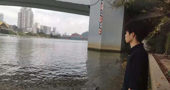 女子凌晨跳下柳江大桥,水性不好的柳州小伙,仍百米冲刺下河营救
